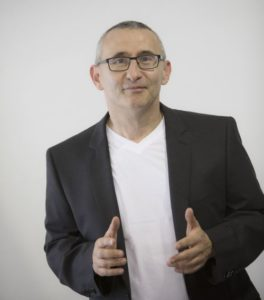 Moderator Titze bei einem Besuch im Unternehmen